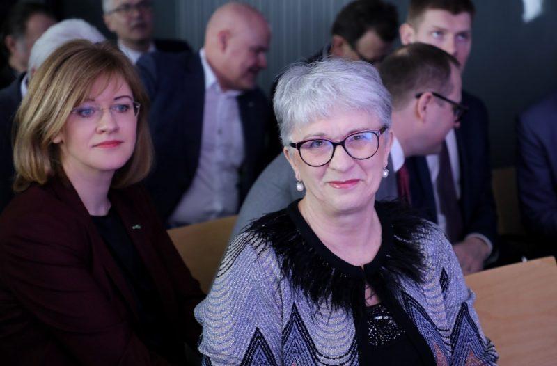"""Latvijas Ārlietu ministrijas parlamentārā sekretāre Zanda Kalniņa-Lukaševica (no kreisās) un Eiropas Parlamenta deputāte Sandra Kalniete piedalās partijas """"Vienotība"""" domes un apvienības """"Jaunā Vienotība"""" kopsēdē, kurā politiskais spēks diskutē par uzdevumiem Saeimā un valdībā, kā arī apstiprina kandidātu sarakstu Eiropas Parlamenta vēlēšanām, 23.02.2019."""