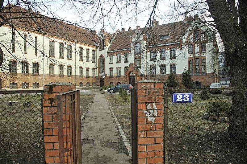 Bija iecerēts apvienot Rīgas 37. vidusskolu (ar krievu mācībvalodu) un Rīgas Poruka vidusskolu (attēlā), kas ir latviešu skola, veidojot divplūsmu Čiekurkalna pamatskolu. Taču arī šajā gadījumā, ņemot vērā sabiedrības protestus, lēmuma pieņemšana atlikta.