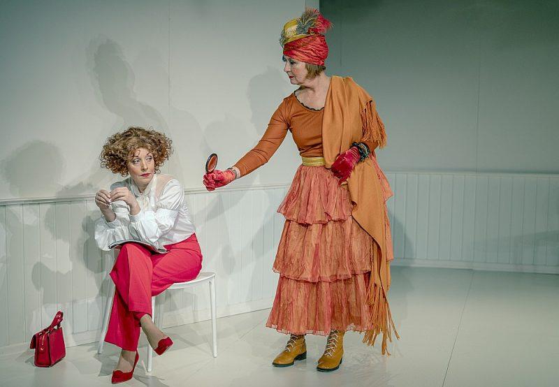 Visas lomas izrādē ir izstrādātas niansēti un koši. Vita Vārpiņa (no kreisās) pārliecinoši iejutusies Sievietes lomā un Akvelīna Līvmane – Mātes tēlā.