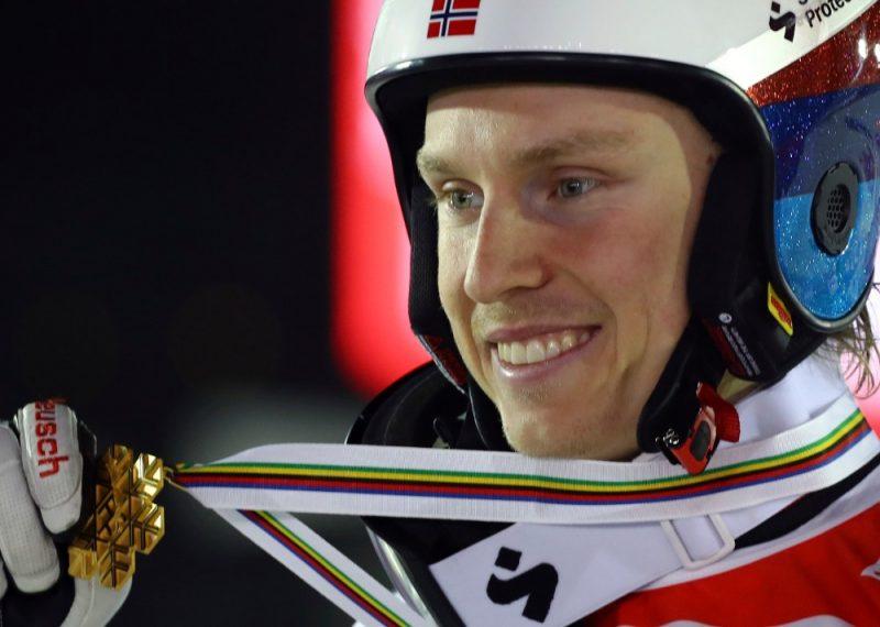 Norvēģis Henriks Kristofešens ar pasaules čempionāta zelta medaļu.