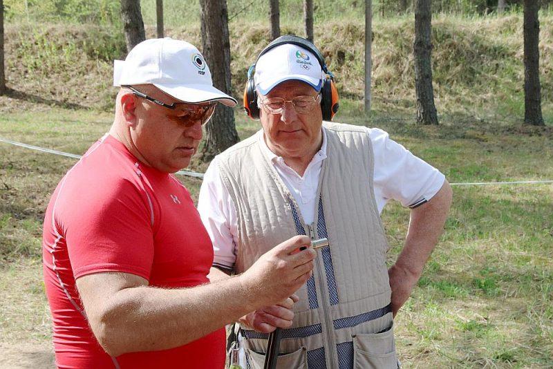 Ēriks Upelnieks ar dēlu Mairi šautuvē.