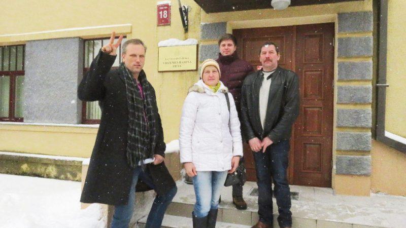 Zemnieki pie tiesas cerībā uz taisnīgu drīzu lēmumu un drīzu parāda atdabūšanu (no kreisās): Normunds Kalniņš, V. Dalbiņa, Aivars Krūmkalns un Ainārs Dalbiņš.