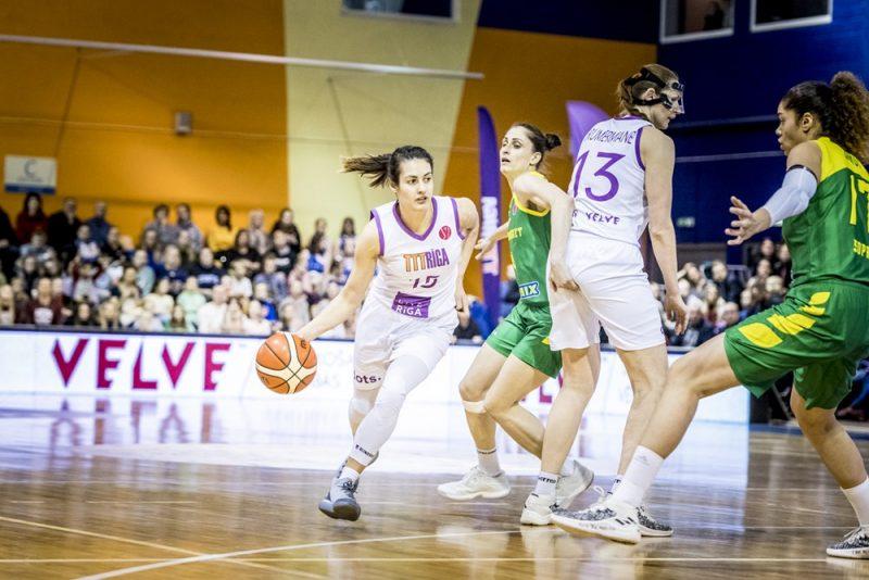 """Ieva Pulvere (no kreisās) un Aija Brumermane pret Šopronas """"Uniqa"""" komandu."""