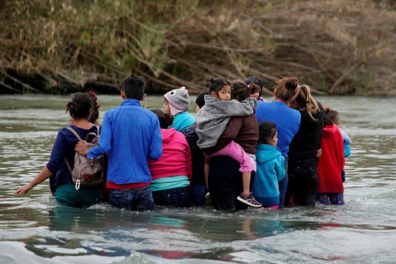 Migranti uz Meksikas un ASV robežas.