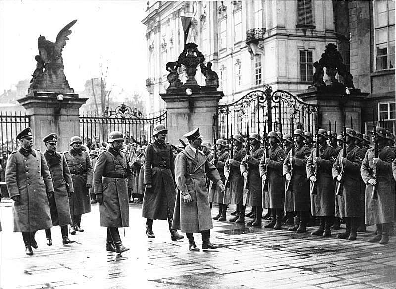 Ā. Hitlers pieņem vērmahta parādi Prāgas pilī.