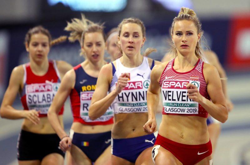 Līga Velvere (no labās) Eiropas čempionātā telpās.