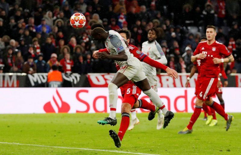 """""""Liverpool"""" futbolists Sadio Manē ar galvu gūst komandas trešos vārtus."""