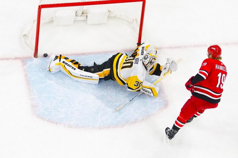"""""""Hurricanes"""" hokejists Dagijs Hamiltons iemet uzvaru nesošo """"bullīti"""" Pitsburgas """"Penguins"""" vārtos."""