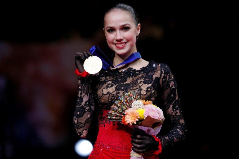 Aļina Zagitova ar pasaules čempionāta zelta medaļu.
