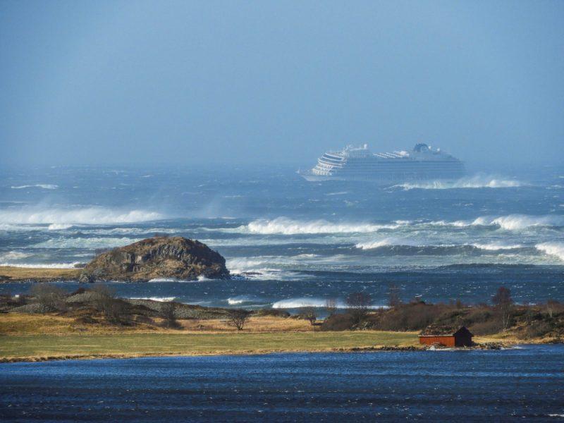 Norvēģijas piekrastē kādam kruīzu kuģim sestdien apstājies dzinējs