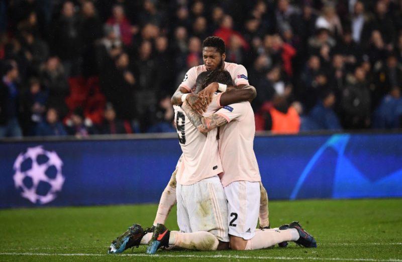 """Mančestras """"United"""" futbolisti priecājas pēc dramatiskās uzvaras Parīzē."""