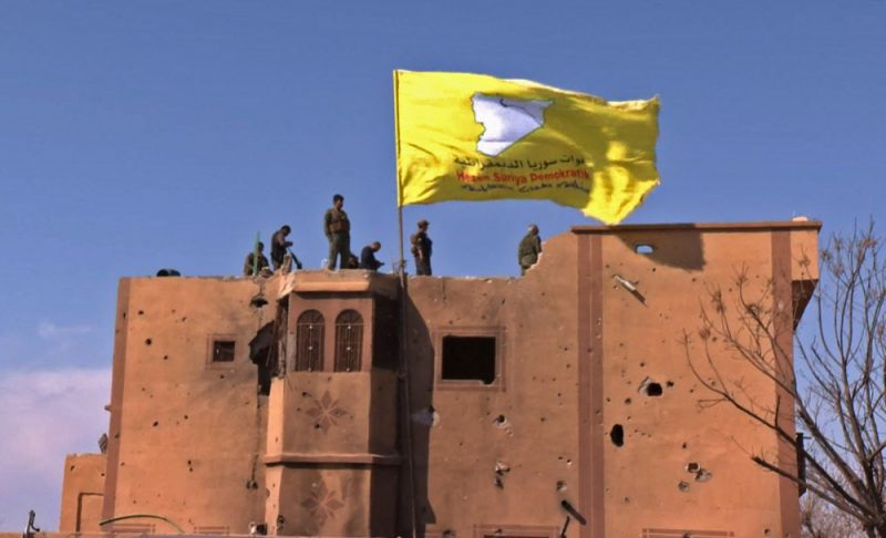 ASV atbalstītās kurdu un arābu alianses cīnītāji savu dzelteno karogu virs Baghūzas pacēla sestdienas rītā.