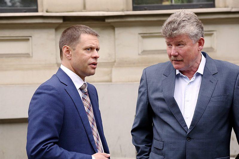 """Par otru vicemēru varētu kļūt """"Saskaņas"""" frakcijas vadītāja vietnieks Vadims Baraņņiks (no kreisās), kurš iepriekš vadījis Satiksmes un transporta lietu komiteju. Attēlā – kopā ar nu jau atstādināto """"Rīgas satiksmes"""" valdes priekšsēdētāju Leonu Bemhenu, kuru pagājušā gada decembrī aizturēja KNAB."""