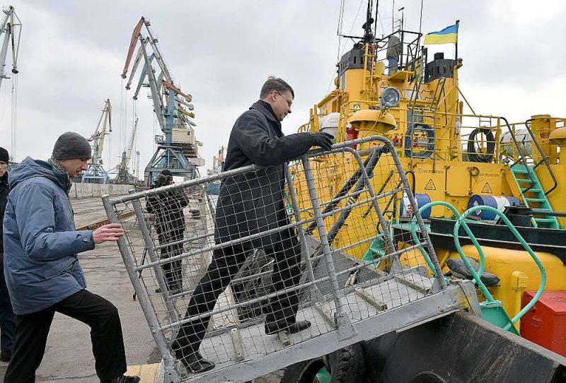 Oleksandrs Klimenkovs, Berdjanskas jūras ostas direktora vietnieks, pavada EK priekšsēdētāja vietnieku Valdi Dombrovski uz kuģa.
