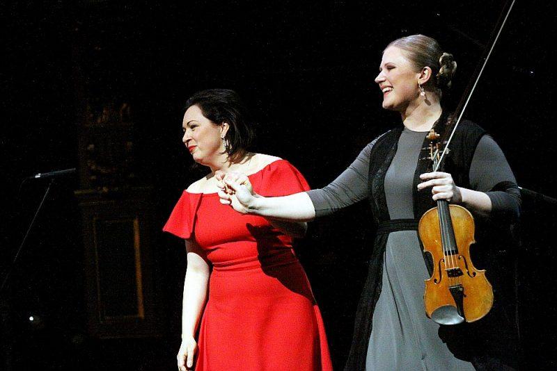 Vijolnieces Paulas Šūmanes (no labās) un pianistes Agneses Egliņas uzstāšanās rosināja puspajokam vaicāt – vai iespējams saņemt Lielo mūzikas balvu par koncertēšanu Lielajā mūzikas balvā?