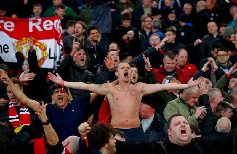 """Mančestras """"United"""" futbola kluba līdzjutēji trešdien Parīzē svinēja sava kluba izglābšanos pret """"PSG"""" komandu."""