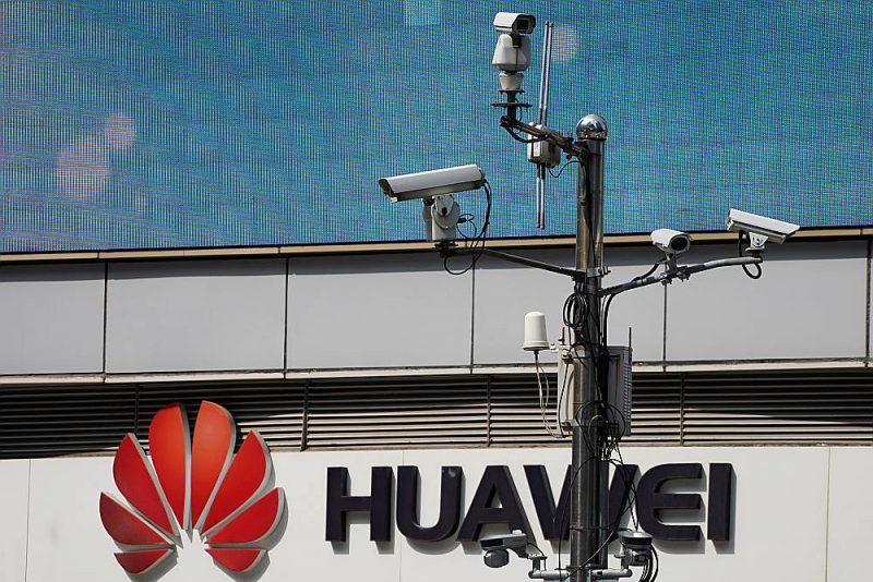 """Novērošanas kameras pie """"Huawei"""" kompānijas veikala Šanhajā."""