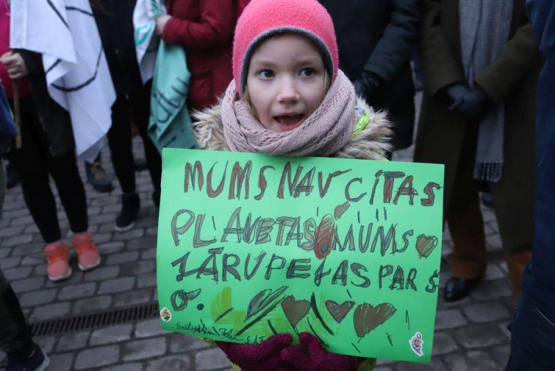 Rīgas centrā norisinās klimata pārmaiņu radīto problēmu aktualizēšanai veltīts gājiens