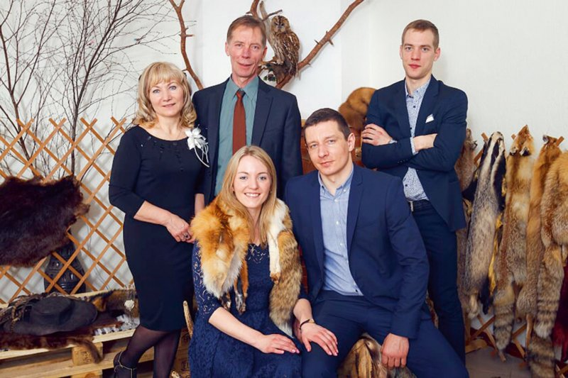 Medību aizrautīgie. No kreisās – Egona sieva Daina, Egons, dēls Sandijs, meita Santa un Santas draugs Kaspars.