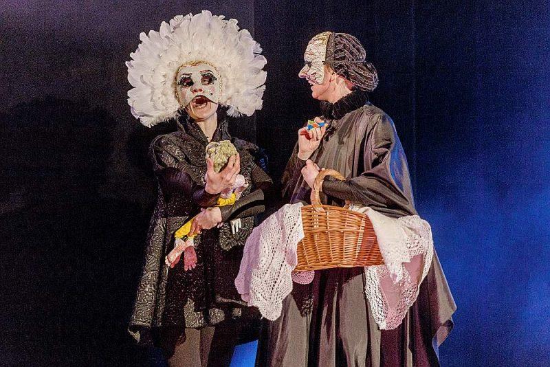 Mākslinieču Veltas Emīlijas Platupes un Vitas Radziņas rokām izveidotā bagātīgā leļļu parāde aizpilda visu skatuvi, ko gaismu māksliniece Jūlija Bondarenko izgaismo ar spilgtiem krāsu akcentiem uz melna fona.