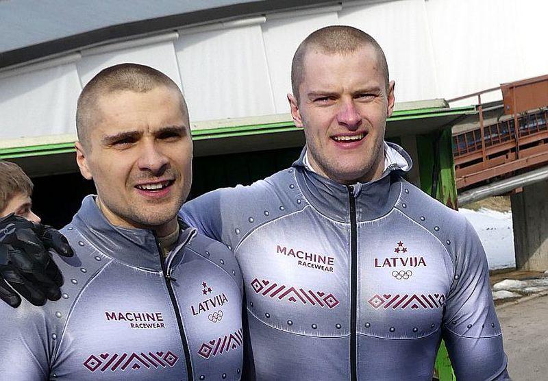 Matīsam Miknim (pa labi) ir vislielākais stūmēja stāžs Oskara Ķibermaņa ekipāžā.