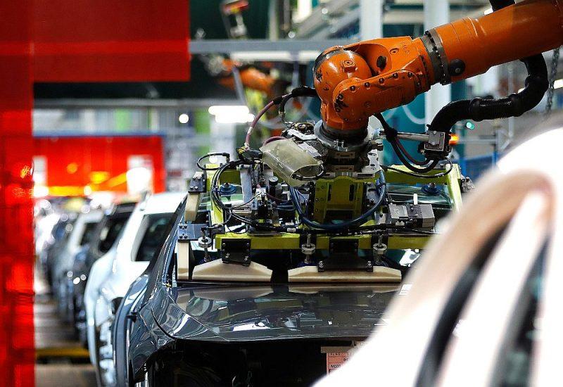 """Ķīniešiem piederošajā vācu rūpnīcā """"Kuka"""" ražotais robots iemontē logu A klases mersedesam """"Daimler"""" rūpnīcā."""