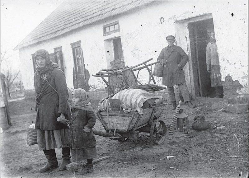 """""""Atkulakotās"""" ukraiņu zemnieku ģimenes padzīšana no mājām 20. gs. 30. gadu sākumā. Pēc 1940. gada Latvijas okupācijas Staļina """"kulaku kā šķiras likvidācijas"""" politika un programma gaidīja arī Latvijas zemniekus."""