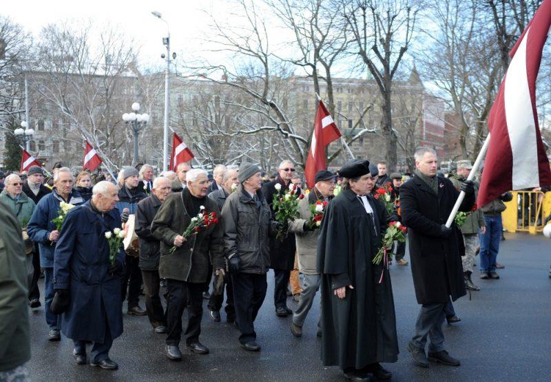 Arhīva foto. Gājiena dalībnieki dodas nolikt ziedus pie Brīvības pieminekļa, godinot latviešu leģionāru piemiņu.