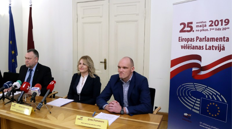 Centrālās vēlēšanu komisijas priekšsēdētājs Arnis Cimdars (no kreisās), Pilsonības un migrācijas lietu pārvaldes (PMLP) Personu datu apstrādes departamenta Elektronisko pakalpojumu administrēšanas nodaļas vadītāja Liene Lasmane un PMLP sabiedrisko attiecību vadītājs Ģirts Pommers piedalās preses konferencē, kurā informē vēlētājus par Eiropas Parlamenta vēlēšanu iecirkni, kura sarakstā viņi iekļauti.