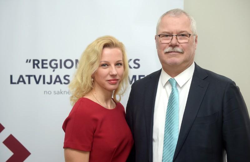Izglītības un zinātnes ministrijas Struktūrfondu departamenta direktora vietniece profesionālās izglītības un mūžizglītības attīstības jomā Ulrika Auniņa – Naumova un bijušais Saeimas deputāts Varis Krūmiņš
