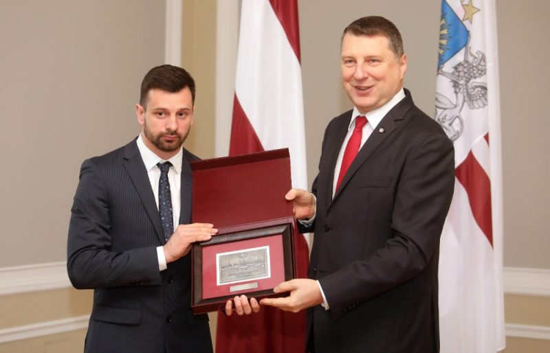 Martins Dukurs (no kreisās)  un valsts prezidents Raimonds Vējonis.