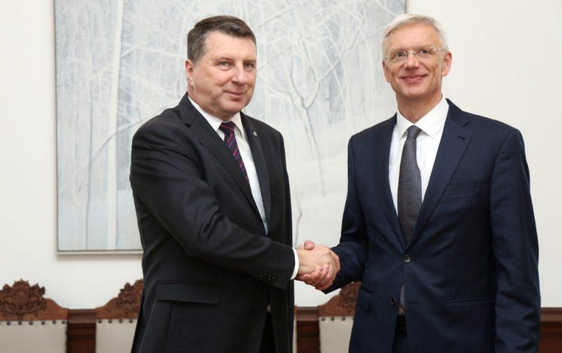 Valsts prezidents Raimonds Vējonis (no kreisās) un Ministru prezidents Krišjānis Kariņš tikšanās laikā Rīgas pilī.
