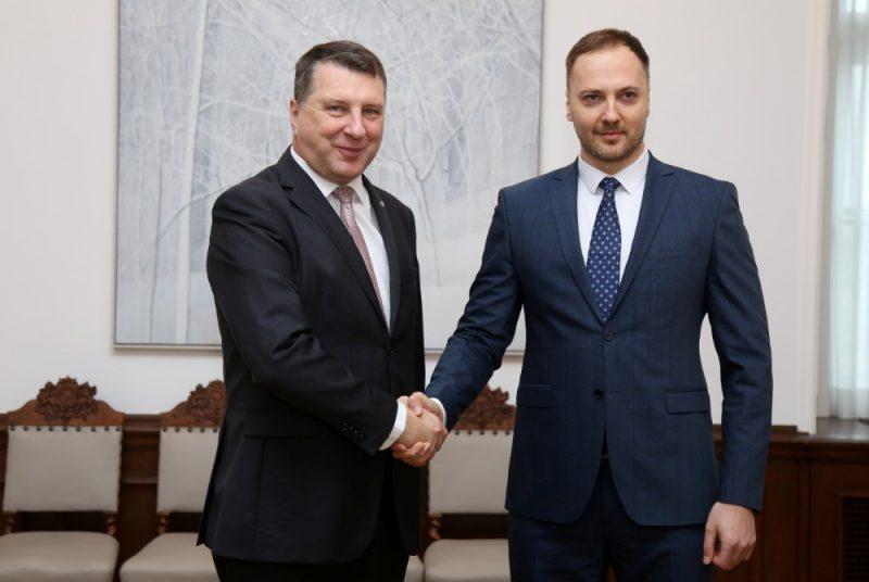 Valsts prezidents Raimonds Vējonis (no kreisās) un iekšlietu ministrs Sandis Ģirģens tikšanās laikā Rīgas pilī.