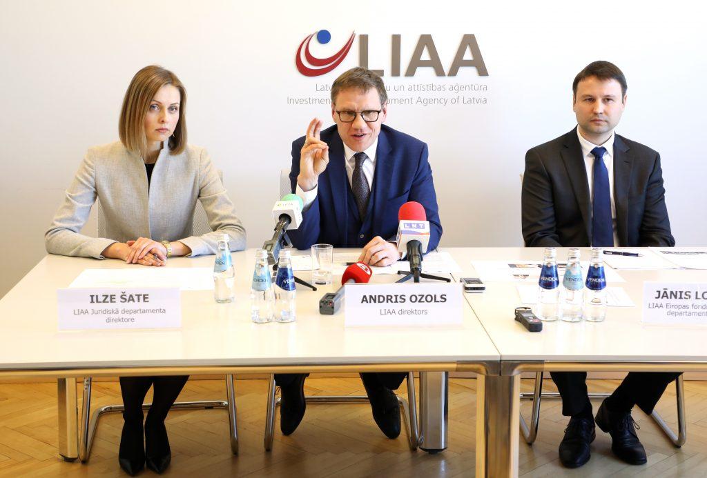 Latvijas Investīciju un attīstības aģentūras (LIAA) Juridiskā departamenta direktore Ilze Šate, LIAA direktors Andris Ozols un LIAA Eiropas fondu pēcuzraudzības un Norvēģijas finanšu instrumenta departamenta direktors Jānis Ločmelis piedalās preses konferencē, kurā informē par LIAA darbinieku iesaisti Eiropas Savienības struktūrfondu izkrāpšanā.
