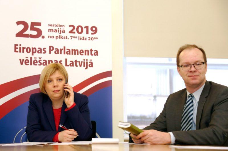 Centrālās vēlēšanu komisijas (CVK) priekšsēdētāja Kristīne Bērziņa un CVK sekretārs Ritvars Eglājs piedalās CVK sēdē, kurā lemj par iesniegto Eiropas Parlamenta deputātu kandidātu sarakstu reģistrēšanu un ievēlēt komisijas priekšsēdētāja vietnieku un sekretāru.