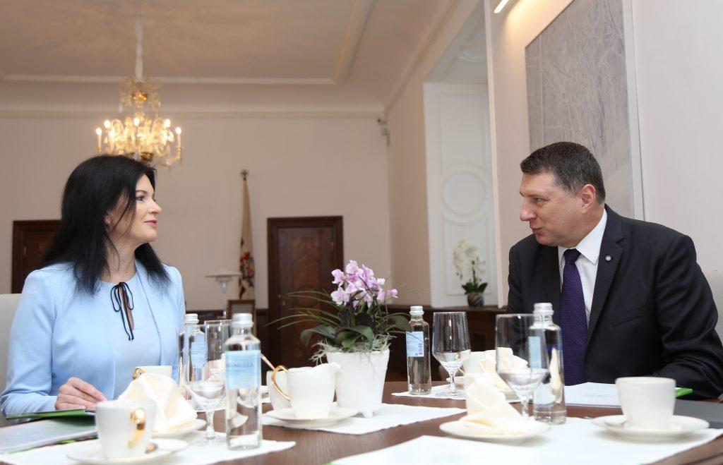 Valsts prezidents Raimonds Vējonis un labklājības ministre Ramona Petraviča tikšanās laikā Rīgas pilī.