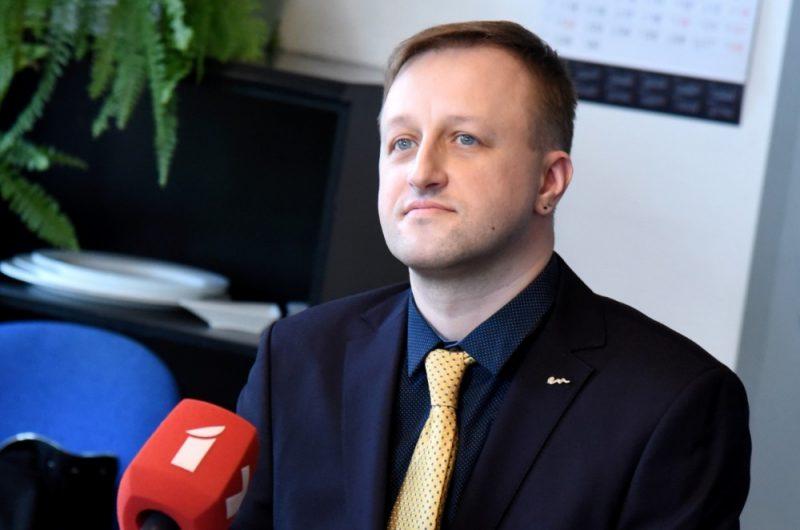 """Jaunieceltais Latvijas Televīzijas (LTV) valdes priekšsēdētājs, Latvijas zāļu ražotāja """"Olainfarm"""" mārketinga tirgus datu analītiķis Einārs Giels piedalās preses konferencē pēc Nacionālā elektronisko plašsaziņas līdzekļu padomes sēdes, kurā apstiprināja jauno LTV valdi."""