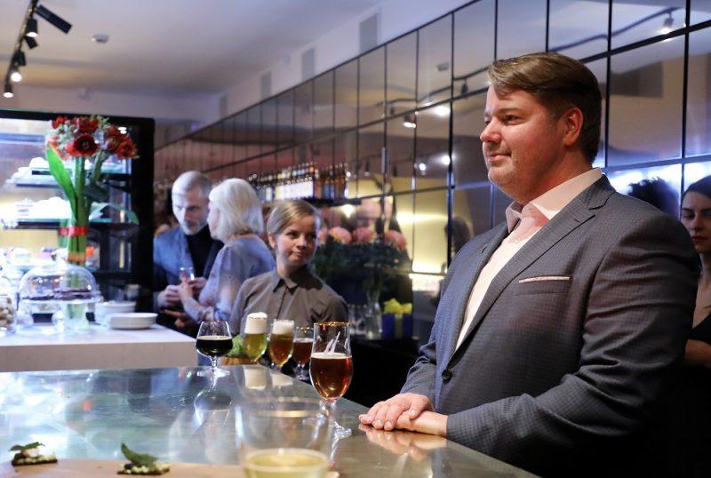 """""""Valmiermuižas"""" alus darītavas saimnieks Aigars Ruņģis """"Valmiermuižas alus"""" kafejnīcas atklāšanā Valmieras drāmas teātrī."""