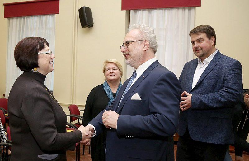 """Apvienības """"Attīstībai/Par"""" Eiropas Parlamenta vēlēšanu saraksta līdere Baiba Rubesa (no kreisās), Saeimas deputāte Vita Anda Tērauda, iespējamais Valsts prezidenta amata kandidāts, Eiropas Savienības Tiesas tiesnesis Egils Levits un """"Attīstībai/Par"""" Eiropas Parlamenta vēlēšanu saraksta līderis, politologs Ivars Ījabs tikšanās laikā Latvijas Kara muzejā."""