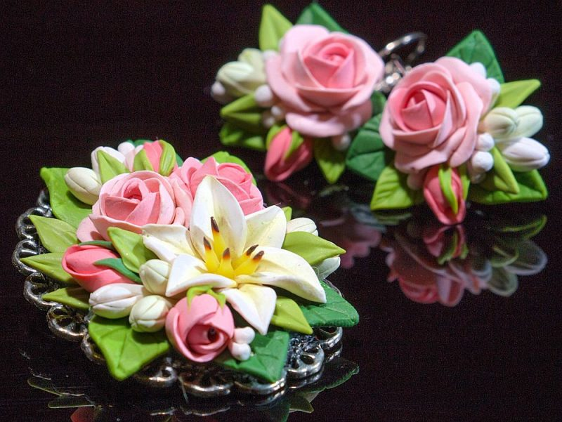 Loretas Saulītes no polimērmāliem darinātie ziedi izskatās kā īsti.