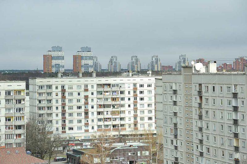 Rīgas mikrorajonos padomju laikā celtajos sēriju namos par vienas un divu istabu dzīvokļa kvadrātmetru jāmaksā aptuveni 100 eiro vairāk nekā par triju un četru istabu dzīvokļa kvadrātmetru.