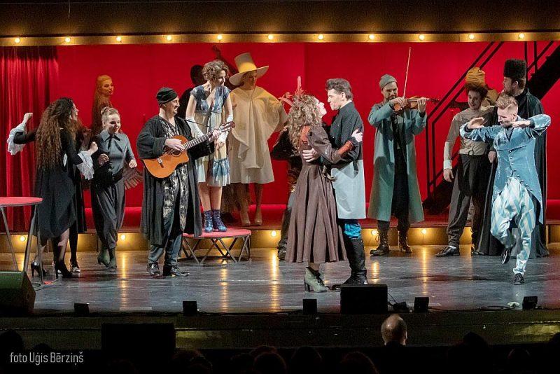 """Operetes teātra iestudējums """"Silva. Čardaša karaliene"""" ir laba izrāde, ko patiesi baudāmu vērš teātrim uzticīgie un daļēji tā izaudzinātie solisti."""