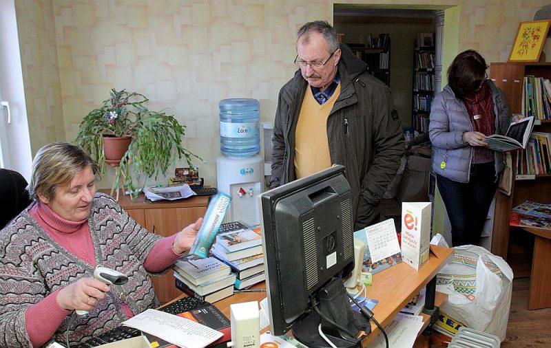 Straumes bibliotēkas vadītāja Broņislava Keiša, reģistrējot bibliotēkas pastāvīgajam apmeklētājam rakstniekam Aivaram Kļavim izsniedzamās grāmatas, norāda – tik apjomīgs izsniegums nepavisam neesot retums.