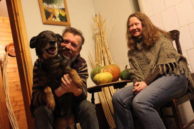 Ina un Aigars Strautnieki ar Rūķi, kuru savā mājā paņēmuši no Ulubeles patversmes.