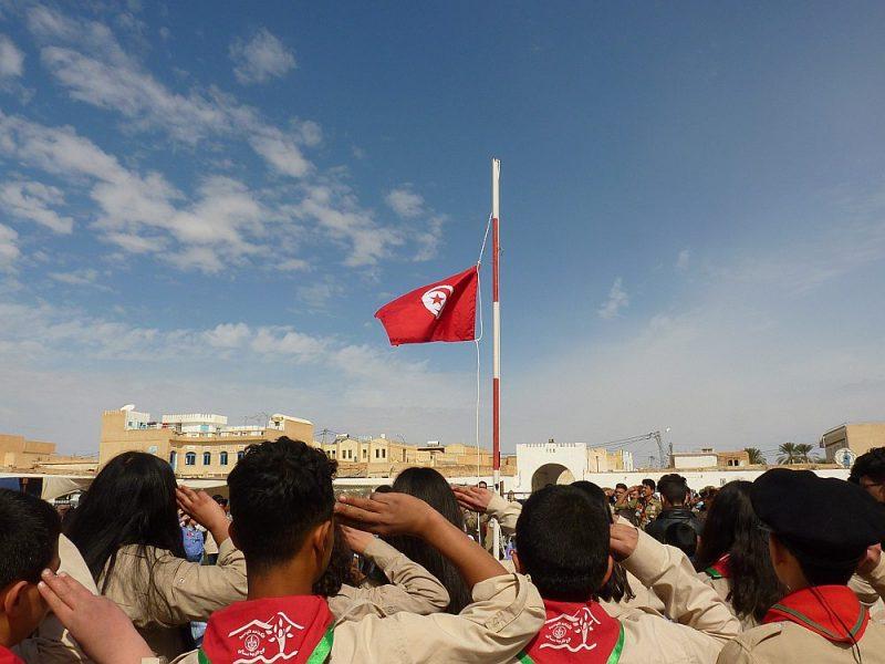 Karoga pacelšanas brīdī jaunieši salutē un sparīgi dzied valsts himnu.