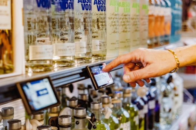 """Latvijas uzņēmums """"Vivid Tech"""" ievieš jaunu tehnoloģisku inovāciju tirdzniecības nozarē."""
