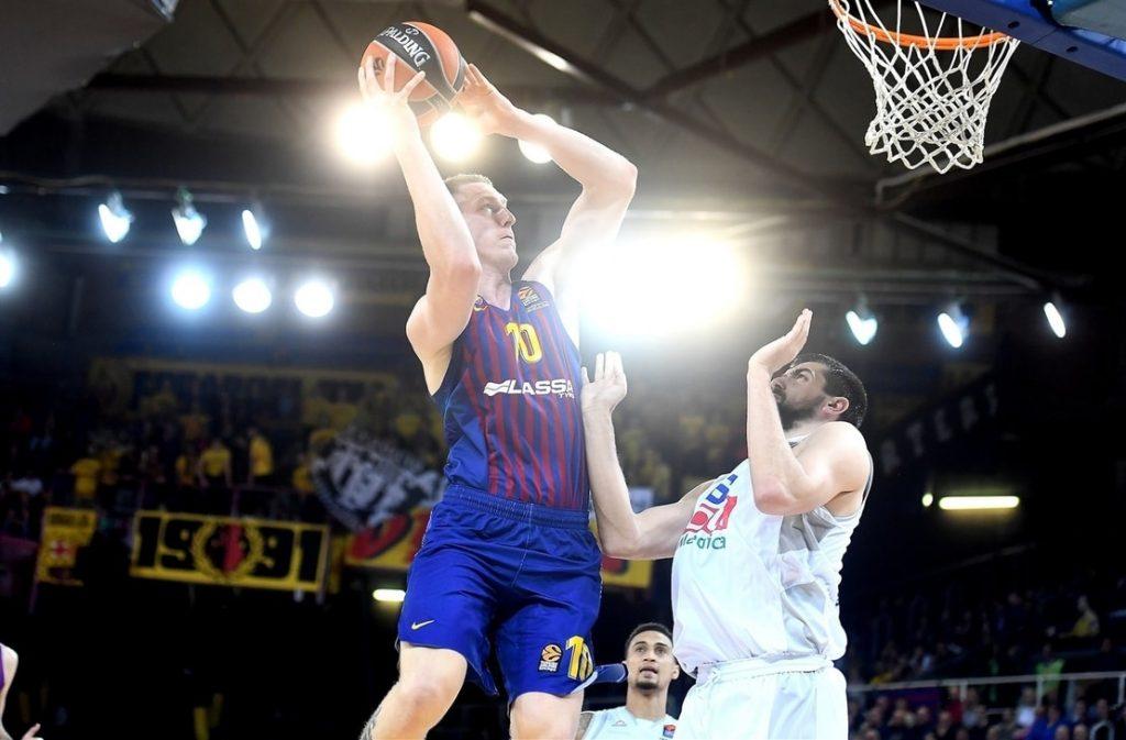 """Rolands Šmits (ar bumbu) jau savā pirmajā sezonā slavenajā """"Barcelona"""" komandā cīnīsies par Spānijas čempiona titulu."""