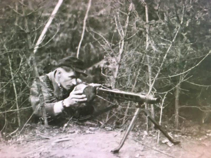 K. Zariņš demonstrē ieroci.