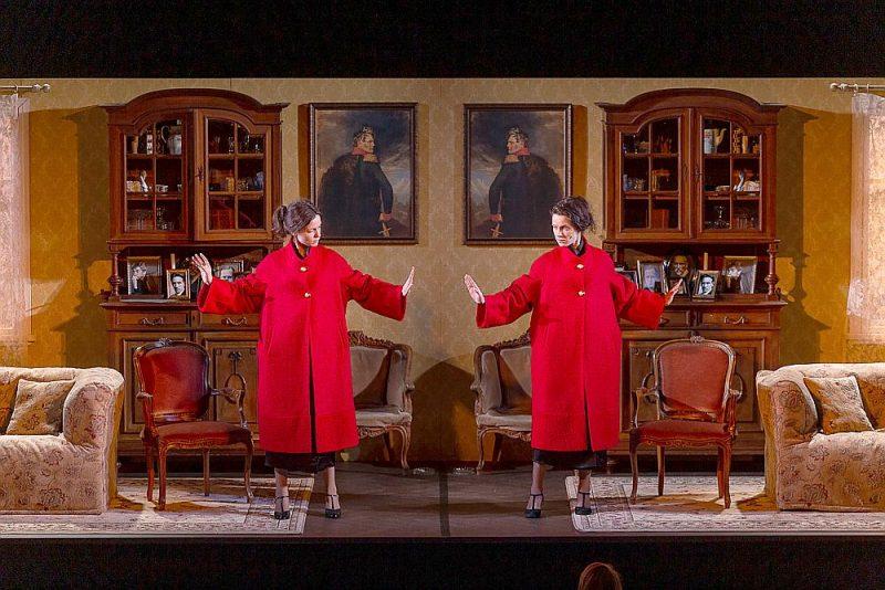 Māsas Agnese un Madara Rutkēvičas arī uz skatuves risina dialogus, kādus abas mēdz rakstīt sociālajos tīklos, un to tēmas mēdz būt vienlīdz absurdas un lidojoši dzejiskas.