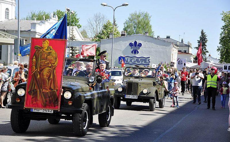 Pēc Daugavpils sabiedriskā aktīvista Andreja Faibuševiča domām, neesot nejaušība, ka šāda izstāde notiek Daugavpilī, kas kopā ar Rēzekni tiek uzskatīti par Latvijas ievainojamākajiem punktiem Krievijas hibrīdkara scenārijā. Par to liecina arī atklātas 9. maija svinības pilsētā, kas, Faibuševiča ieskatā, ir provokatīva pieeja.